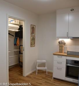 Innan för köket finns en klädkammare med bl.a. extrasäng, täcken och kuddar
