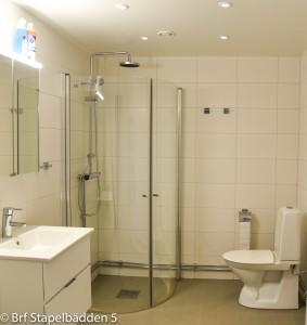 Toalett med duschhörna